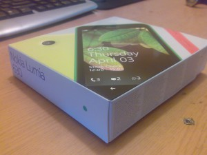 Pudełko Lumii 630 jest bardzo małe i bardzo okrojone jeśli chodzi o wyposażenie. W zestawie dostajemy prostą ładowarkę na Micro USB (niemodularną), krótką instrukcję (Microsoft zapewne uważa że Windows Phone jest tak intuicyjny że nie potrzebuje pełnej instrukcji) i drugi panel, który jest miłym dodatkiem.