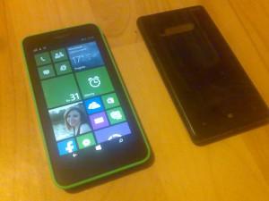 Lumia 630 z założonym zielonym panelem, porównanie z kawałkiem Lumii 820 :)